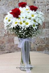 Aşkınızı kırmızı güller, masumiyetinizi beyaz papatyalar ile sevdiklerinize capcanlı olarak şimdi gösterin. Yaklaşık Ürün Boyutu : 40 cm