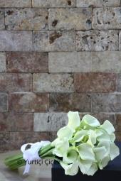 Renkli Gül Toplam : 21 Adet ve Renkli Kır Çiçekleri Bir gelinin en özel ve en mutlu anı gelin çiçeğiyle birlikte evliliğe adım attığı andır. Böyle özel olan bir günde en özel çiçeklerden tercihte bulunabilirsiniz.  Not: Erken sipariş vermeniz tavsiye edilir.