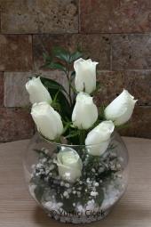 Beyaz Gül : 7 Adet   Sevginizin masum çiçeği beyaz güller aşkınızı en güzel şekilde anlatacak. Fanusta beyaz gül aranjmanı sevdiklerinizi çok özel hissettirecek. Yaklaşık Ürün Boyutu : 30 cm