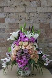 Özel kutu içerisinde mor ve beyaz bahar çiçeklerinin muhteşem uyumu sevdiklerinizi mutlu etmeye yetecektir.