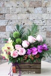 Özel ahşap üzerine mor ve sarı orkideler ile pembe güllerin muhteşem güzelliği ile sevdiğinizi mest etmeye ne dersiniz.