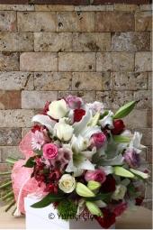 9 adet Mor gül ve mor kır çiçekleri ile hazırlanan buketin güzelliği ile onu mest etmenin tam zamanı değil mi?