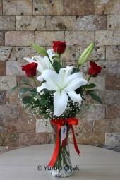Cam Vazoda 1 Dal Beyaz Lilyum ve 3 Adet Kırmızı Gülden Buket ile Sevdiklerinize Armağanların En Güzelini Göndereceksiniz. Yaklaşık Ürün Boyutu : 40 cm