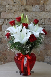 Kalp Cam Vazoda 2 Dal Beyaz Lilyum ve 7 Adet Kırmızı Gülden Buket Sevginizi En Güzel Şekilde Anlatacak.Yaklaşık Ürün Boyutu : 50 cm