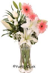 Cam Vazoda Gerbera, Lilyum ve Güllerden buket aşkınızı dile gelmeyen sözcüklerle ifade etmenizi sağlayacak en güzel hediye olacak.Yaklaşık Ürün Boyutu : 50 cm