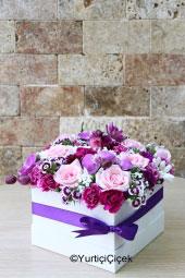 Beyaz Kutu içerisinde, mor orkideler, renkli kır çiçekleri ile mevsimin en güzel çiçek tasarımını ona gönderebilirsiniz.